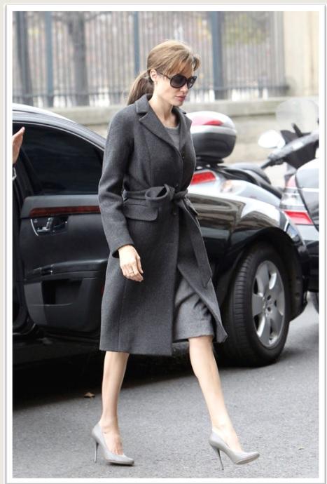 Angelina Jolie_Gray Look_Coat_Overcoat_Casaco Cinza_Scarpin Cinza