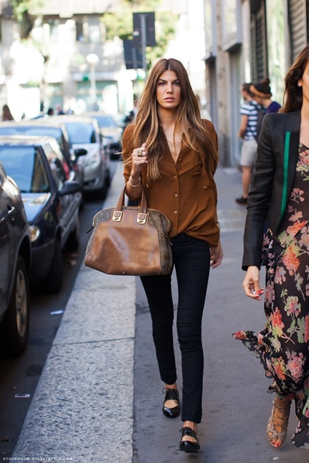 Bianca_Brandolini_Black Jeans_Caramel Shirt_Camisa Caramelo