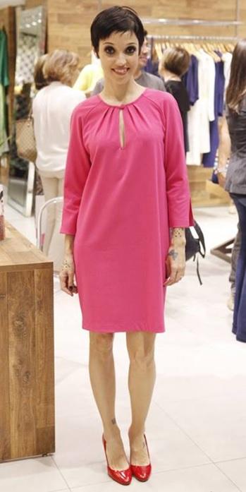 01_Inspiração do dia_look de trabalho_vestido rosa_sapato vermelho_look do dia_combinação de rosa com vermelho