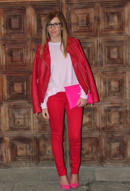 02_Inspiração do dia_look de trabalho_calça vermelha_jaqueta vermelha_ acessório rosa_look do dia_combinação de rosa com vermelho